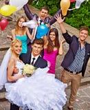 Brudgummen bär hans brud över skuldra Royaltyfria Foton