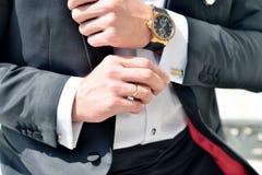 Brudgummen bär manschettknappar inomhus Royaltyfria Foton