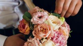 Brudgummen drar nervöst den gifta sig brud- buketten closeup lager videofilmer