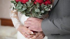 Brudgummen ger bruden en bukett av hennes anseende på rummet långsam rörelse arkivfilmer