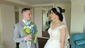 Brudgummen ger en bukett av blommor till hans brud lager videofilmer