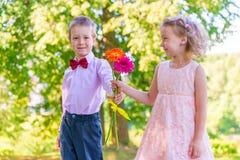 Brudgummen ger lite flickan en bukett fotografering för bildbyråer