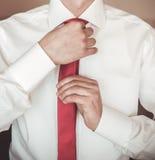 Brudgummen i en vit skjorta Fotografering för Bildbyråer