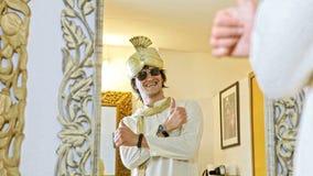 Brudgummen i turban och solglasögon ler i spegel stock video