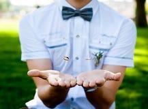 Brudgummen kastar cirklarna. Mjuk fokus fotografering för bildbyråer