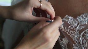 Brudgummen klär för att gifta sig stock video