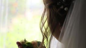 Brudgummen klär för att gifta sig lager videofilmer