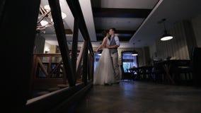 Brudgummen kommer till bruden som omfamnar det inre huset på bröllopdag stock video