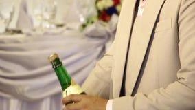 Brudgummen korkar upp vin under ceremoni för bröllopvinrostat bröd arkivfilmer