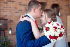 Brudgummen kysser bruden i panna Royaltyfria Foton