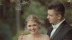 Brudgummen kysser försiktigt hans härliga brud, som arkivfilmer