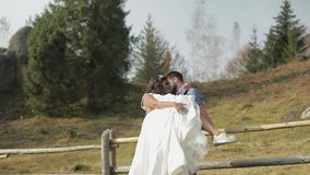 Brudgummen med bruden i parkerar binder crystal smycken för parcravaten bröllop Förälskad lycklig familj stock video