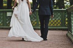 Brudgummen och bruden går 1097 Royaltyfri Bild