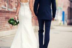 Brudgummen och bruden går runt om staden Royaltyfria Bilder