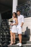 Brudgummen och bruden i deras gifta sig dag som går i, parkerar Nygifta personer spenderar tid tillsammans bara gift arkivfoton