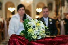 Brudgummen och bruden på bröllopceremonin i chu arkivfoton