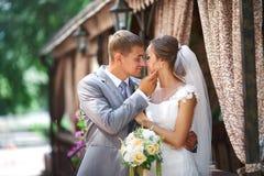 Brudgummen och fästmön förbereder sig till kyssen Royaltyfria Bilder