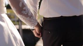 Brudgummen rymmer handen för brud` s lager videofilmer