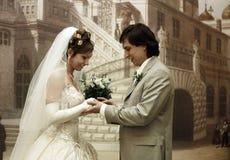 Brudgummen sätter vigselringen Royaltyfria Foton