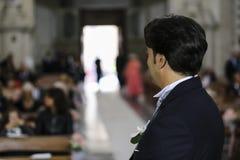 Brudgummen väntar på bruden på den kyrkliga dörren Royaltyfri Fotografi