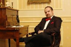 Brudgumsammanträde på en stol Royaltyfri Fotografi