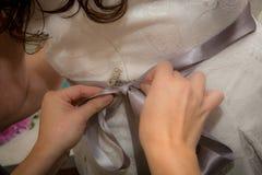 Brudklänning som får bunden royaltyfri fotografi