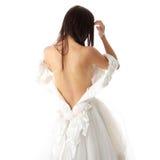 brudklänningdressing henne upp bröllop Arkivfoto