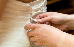 Brudklänninghjälp Arkivbild