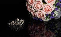 Brudkrona och en bukett av blommor Royaltyfri Bild