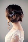 Brudkvinna med den perfekta frisyren, kvinnligbaksida Royaltyfri Foto