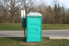 Brudna, Błękitna Przenośna toaleta w parku, paskudny przyglądający miejsce iść łazienka fotografia royalty free