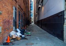 Brudna miasto aleja z śmieci Magistracka sanacja i zdrowie publiczne zdjęcia stock