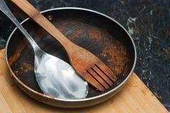 Brudna niecka z Pomidorowym kumberlandem i łyżkami Brudzi naczynia od Kulinarnego procesu Niecka nad tnącą deską Kuchnia obrazy stock
