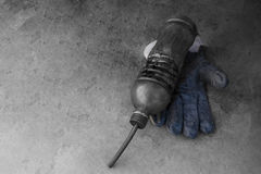 Brudna rękawiczka trzyma parowozowego oleju brudną butelkę Obrazy Royalty Free