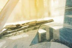 Brudna samochodowa przednia szyba z zawierać szklany czystym, w miasto przodzie dużym plecy tło i zamazuje obrazy royalty free