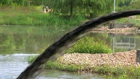 Brudna woda od drymby płynie w rzekę, zanieczyszcza środowisko zbiory wideo
