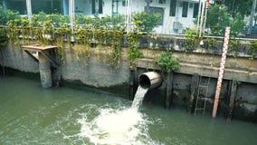 Brudna woda płynie przez rynsztokowej drymby w kanał, niski poziom wody zbiory