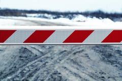 Brudna zimy droga, blokująca barierą zamyka wejście obraz royalty free