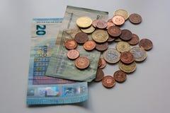 Brudnego pieniądze euro banknoty i monety na bielu stole Ciemny biznesowy pojęcie fotografia stock