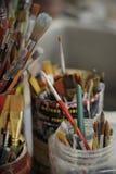 Brudni paintbrushes w słoju Zdjęcie Stock