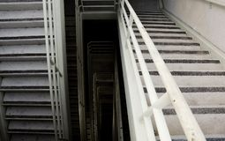 Brudni przeciwawaryjni schodki zdjęcia stock