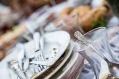 Brudni szkła i talerze fotografia stock