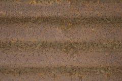 Brudno- pomarańczowe horyzontalne linie ośniedziały metal głęboka rdza gofrujący ośniedziały żelaza prześcieradło obraz stock