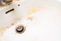 Brudny biały ceramiczny zlew. zdjęcie royalty free