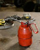 Brudny czerwień olej może na pracy ławce Fotografia Stock