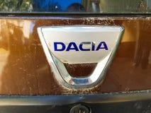 Brudny Dacia loga zakończenie up strzelał na naturalnym świetle zdjęcie royalty free