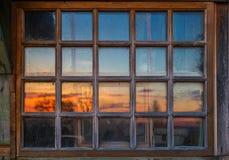 Brudny drewniany okno z zmierzchu odbiciem Fotografia Stock