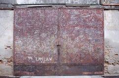 Brudny Żelazny stalowy czerwony drzwiowy stary klasyka styl Zdjęcia Stock