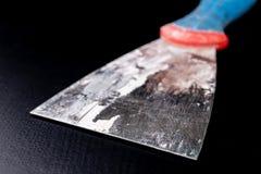 Brudny gipsowanie tynk na warsztatowym stole Narzędzia dla pracowników budowlanych zdjęcia royalty free