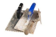 Brudny gipsowanie tynk na warsztatowym stole Narzędzia dla pracowników budowlanych obrazy stock